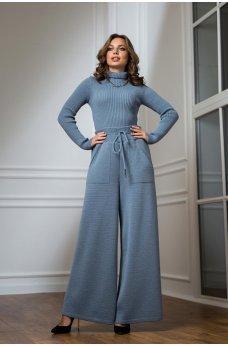 Теплый вязаный костюм с гольфиком голубого цвета