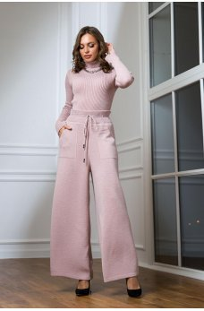 Теплый вязаный костюм с гольфиком розового цвета