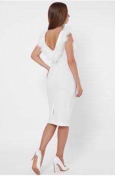 Дизайнерское платье белого цвета футляр с отделкой из перьев