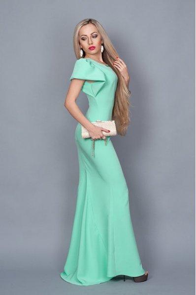 Длинное мятное платье со шлейфом
