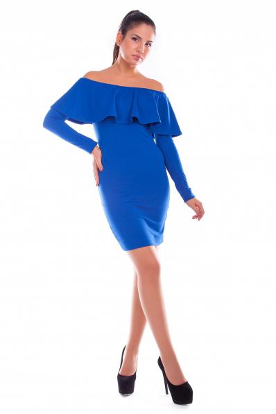 Синее платье с воланом на плечах