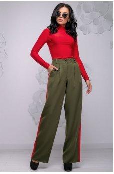 Удобные свободные брюки цвета хаки с красными вставками