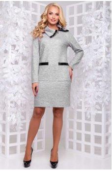 Теплое светло-серое платье с оригинальным воротником