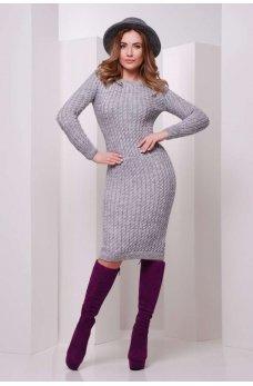 Вязаное серое платье с узором косички