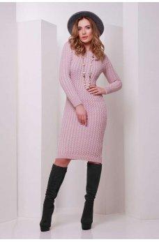 Нежно-розовое вязаное платье с узором косички