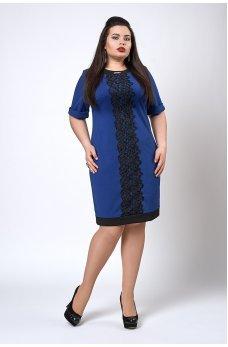 Привлекательное платье батал цвета электрик с кружевом