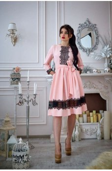 Пудровое платье с кружевом и расклешенной юбкой