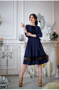 Темно-синее платье с кружевом и расклешенной юбкой