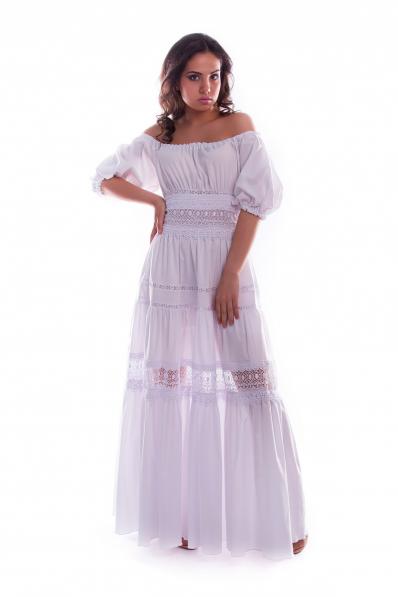 Очаровательное белое платье с кружевами