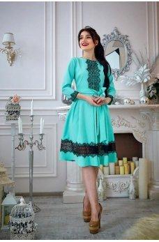 Бирюзовое платье с кружевом и расклешенной юбкой