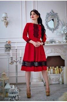 Красное платье с кружевом и расклешенной юбкой