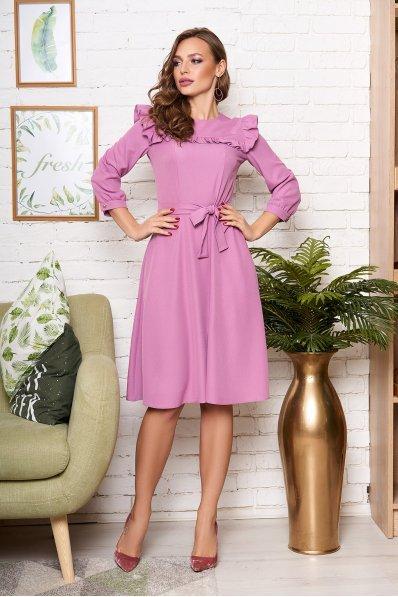Романтичное платье миди с рюшей сиреневое