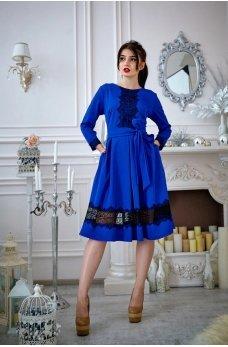 Синее платье с кружевом и расклешенной юбкой