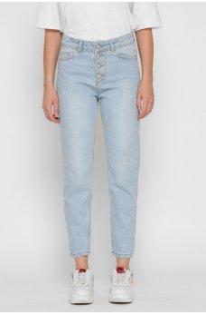 Светло-голубые практичные джинсы-мом с потертостями