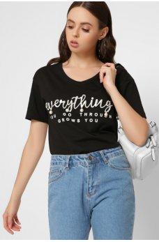 Черная удлинненная футболка с бусинами и надписью