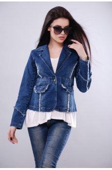 Приталенная женская куртка джинсового цвета