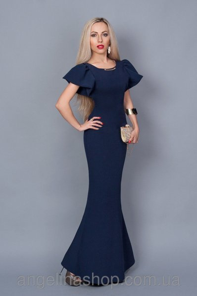 Длинное темно-синее платье со шлейфом