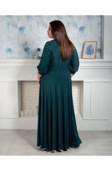 Длинное вечернее платье зеленого цвета с бусинками на рукавах