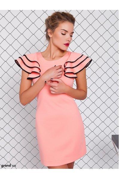Персиковое платье с рукавами воланами