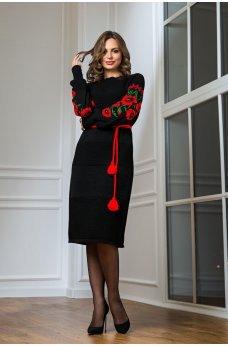 Вязаное платье в национальном стиле с красной вышивкой