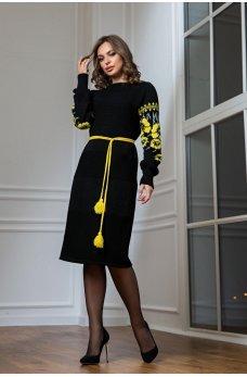Вязаное платье в национальном стиле с желтой вышивкой