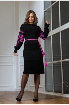 Вязаное платье в национальном стиле с малиновой вышивкой