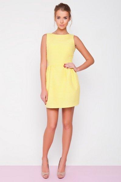 Желтое мини-платье в горошек
