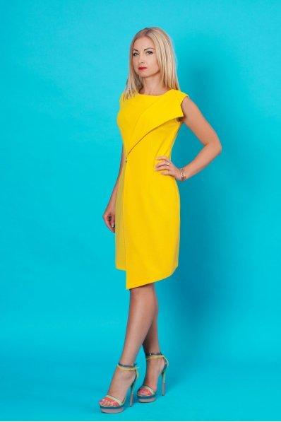 Эффектное желтое платье с брошью