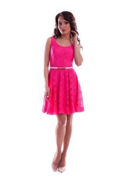 Розовое кружевное платье без рукавов