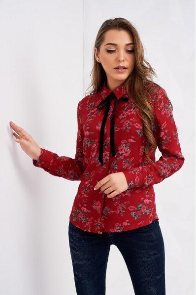 Красная блузка с цветочным принтом