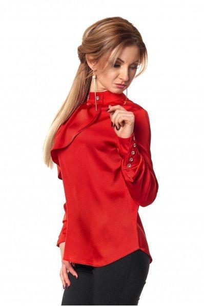 Атласная красная блузка с жабо