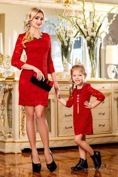 Нарядное красное платье из гипюра