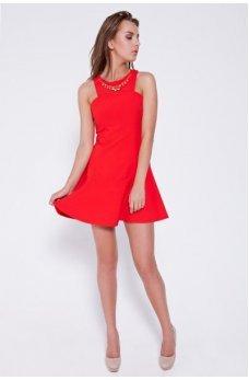 Красное платье с украшением