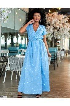 Длинное голубое платье в горошек