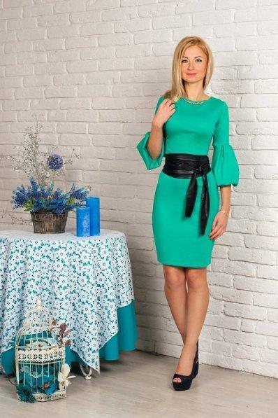 Мятное платье с поясом из кожи
