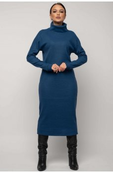 Модное зимнее платье с удлиненной широкой горловиной синего цвета