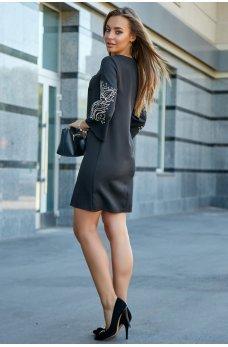 Платье черное цвета с вышивкой на рукавах