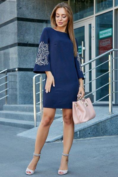 Платье темно-синего цвета с вышивкой на рукавах