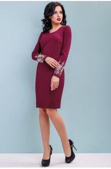 Бордовое трикотажное платье с вышивкой