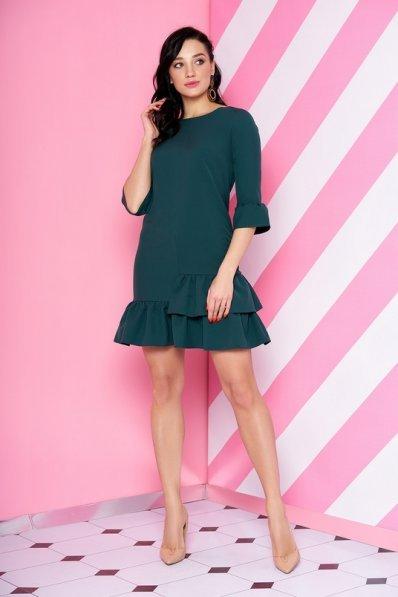 Короткое зеленое платье с рюшами по подолу