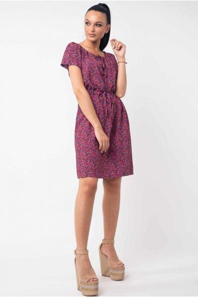 Легкое летнее платье с цветочным принтом темно-розового цвета