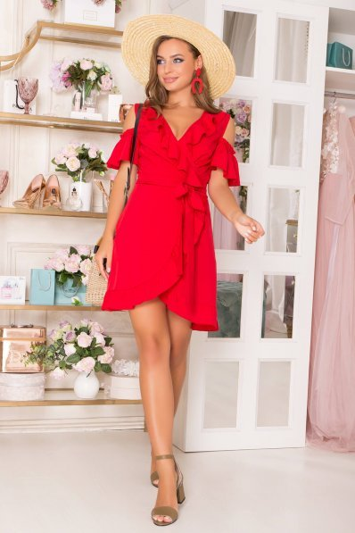 Нежное летнее платье красного цвета с воланами