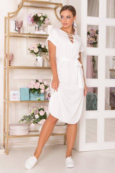 Платье из атласа молочного цвета прямого покроя