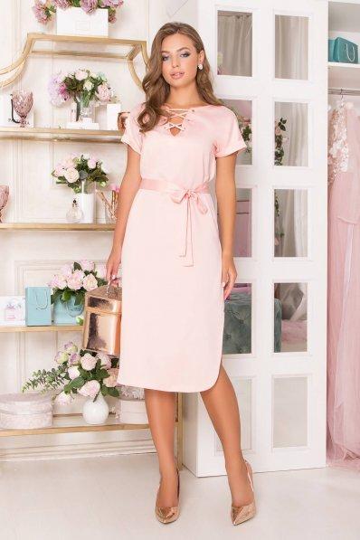 Платье из атласа персикового цвета прямого покроя