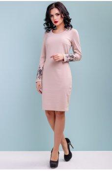 Розовое трикотажное платье с вышивкой