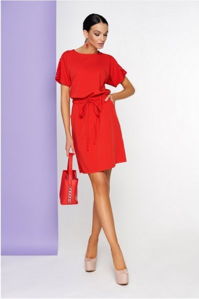 Женственное платье красного цвета