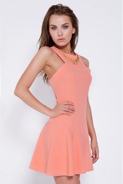 Персиковое платье с украшением