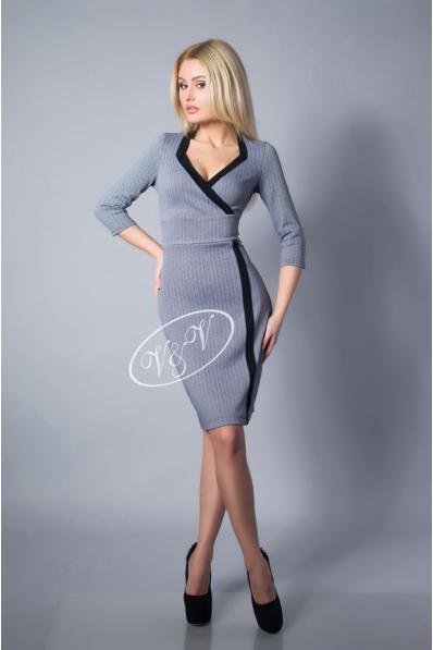 Деловое платье серого цвета с декольте