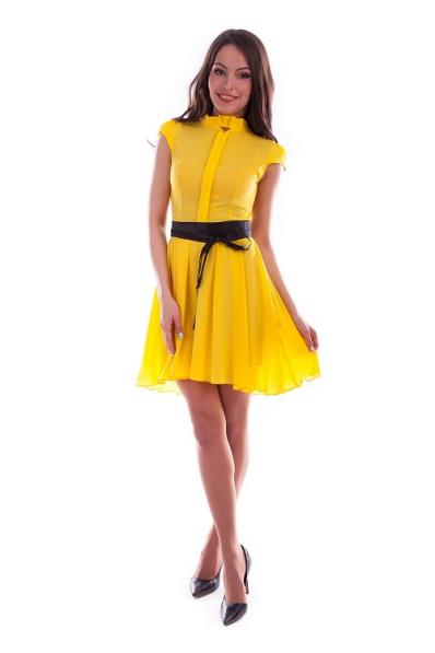 Желтое летящее платье из крепа