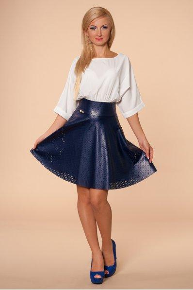 Белое платье с синей кожаной юбкой